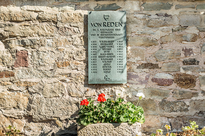 Gedenktafel im Redenhof für im II. Weltkrieg gebliebene Familienmitglieder